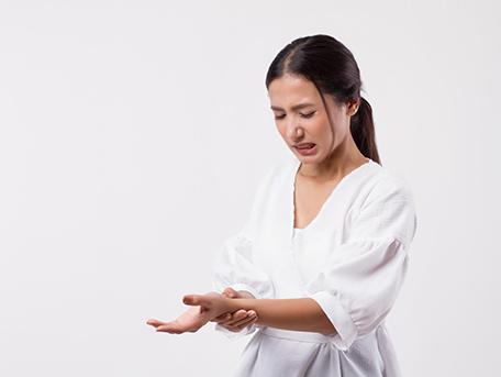手首の腱鞘炎【手関節狭窄性腱消炎(デュケルバン病)、交差点症候群(轢音性前腕伸筋腱炎)】
